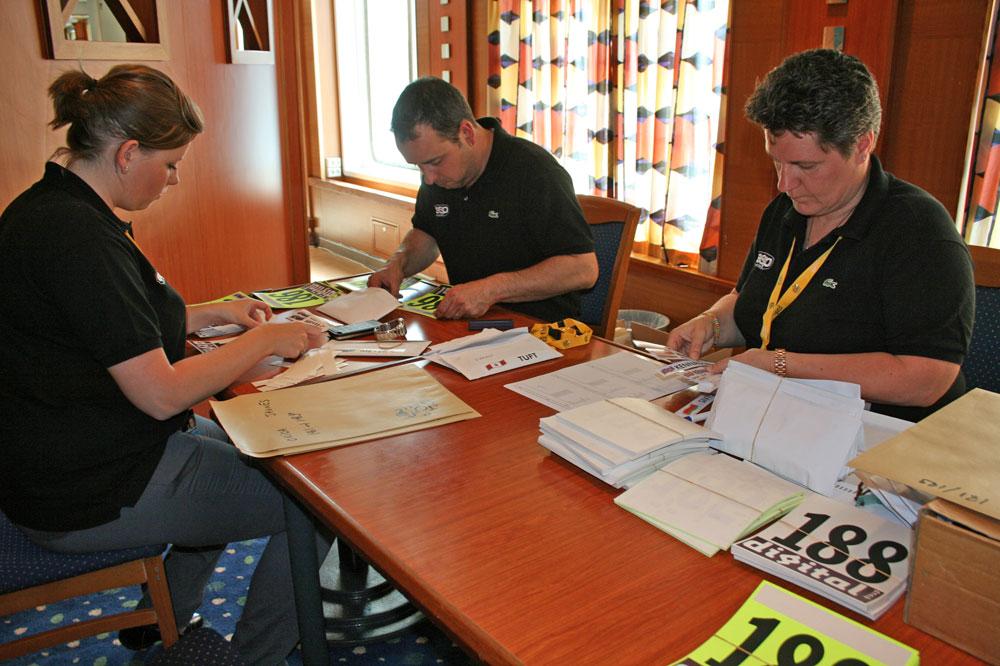 La société ESP s'affaire autour des dossards du Tour 2013