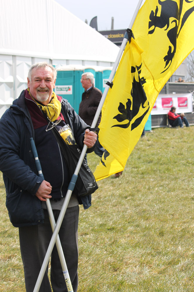 Erik agite l'emblème de la Flandre