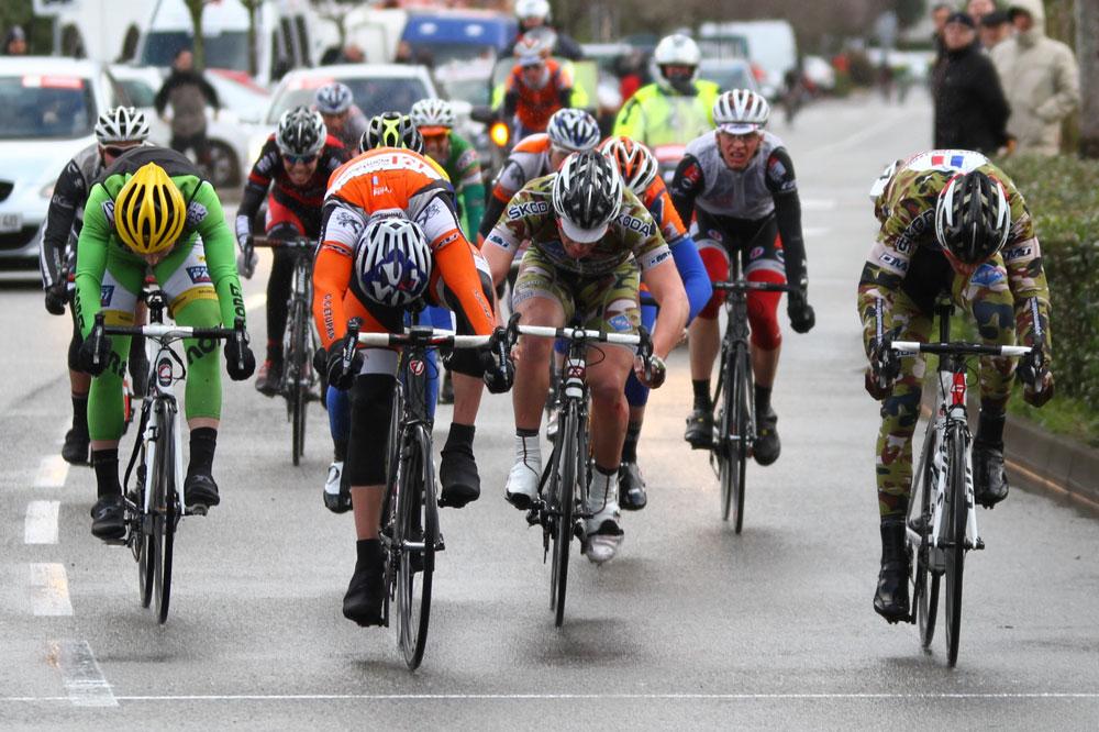 Un sprint au couteau entre Pierre Bonnet à gauche et Alexandre Delétang sur la Route de l'Atlantique