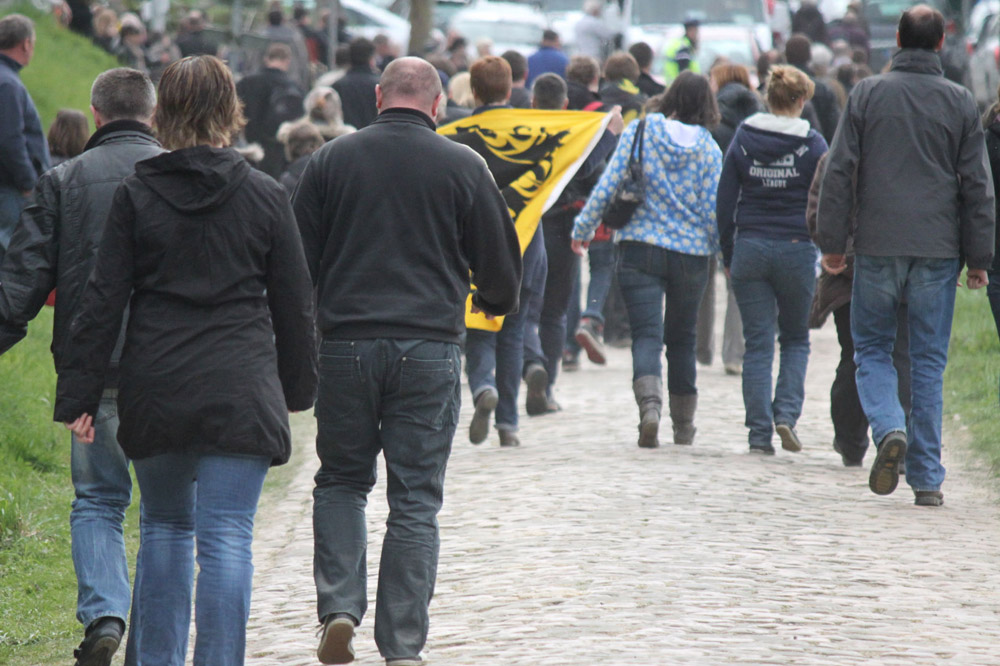 Les supporters flamands au bord des secteurs pavés