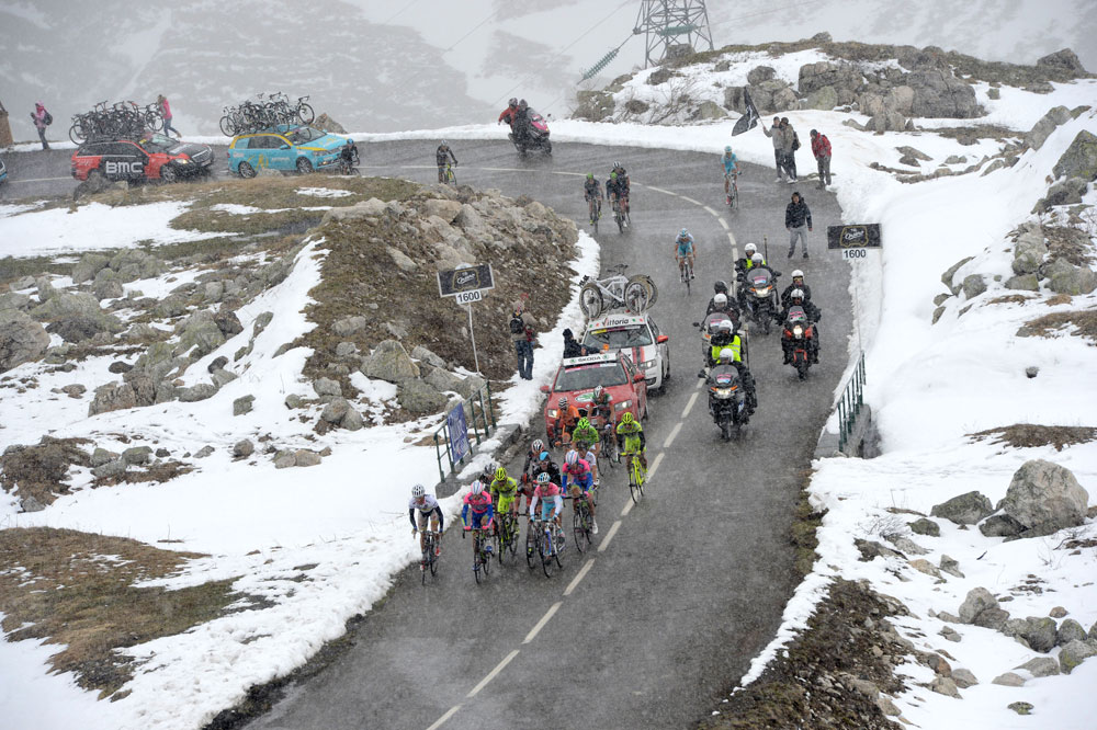 A l'avant du peloton Maillot Rose, Vincenzo Nibali contrôle ses adversaires dans la montée dantesque du Galibier