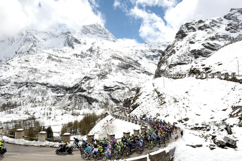Le Giro gravit le Mont Cenis dans un décor de carte postale hivernale
