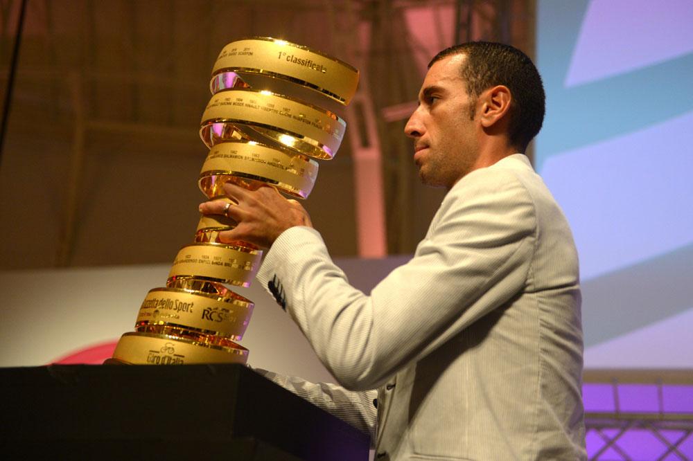 Vincenzo Nibali remet son trophée en jeu