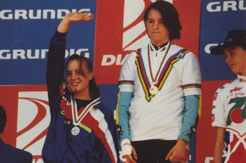 Nolvenn Le Caer sur le podium aux côtés d'Anne-Caroline Chausson