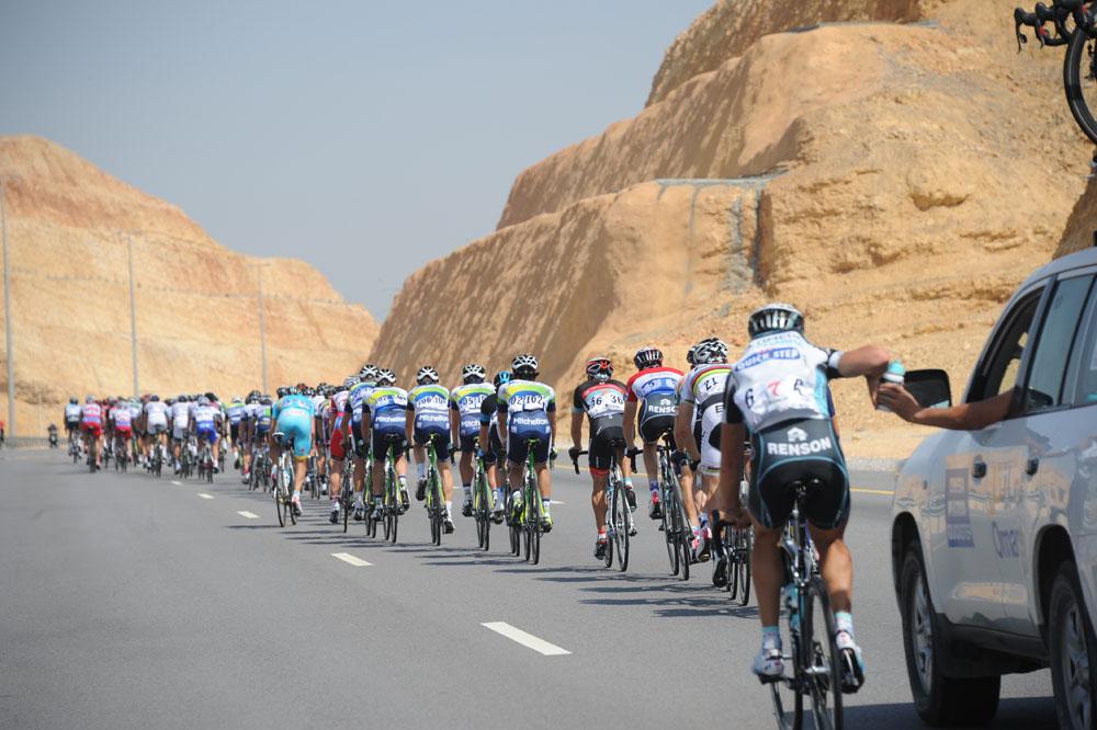 Le peloton parade à travers les paysages typiques d'Oman