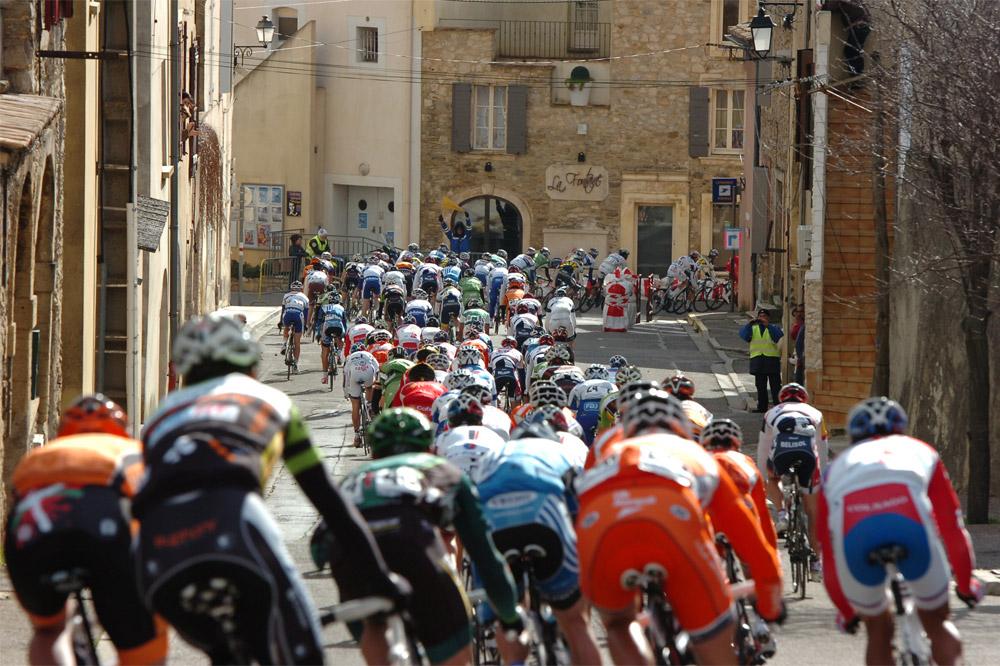 Le peloton sur les routes du Gard