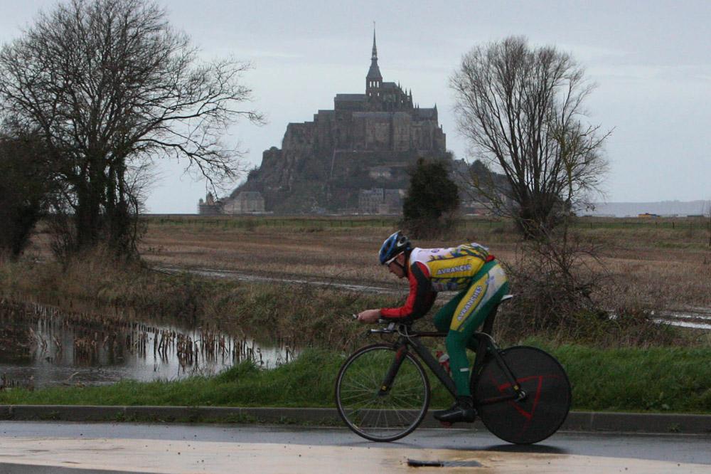 Cyrille Noel reconnaît le parcours du contre-la-montre du Tour autour du Mont-Saint-Michel