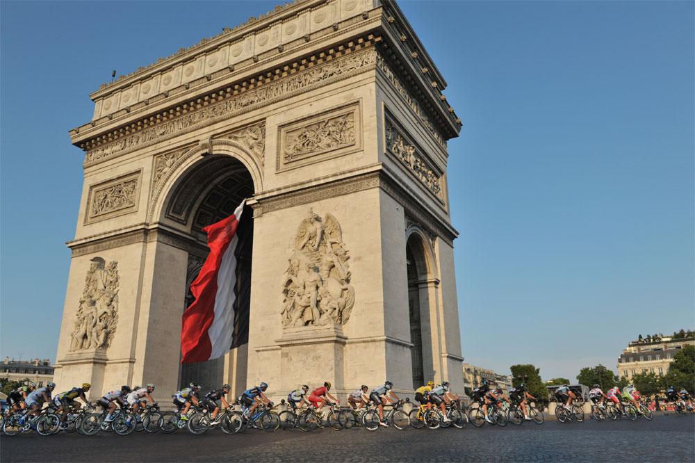 Le Tour de France au pied de l'Arc de Triomphe