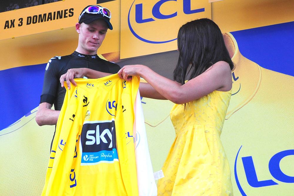 Chris Froome revêt le maillot jaune
