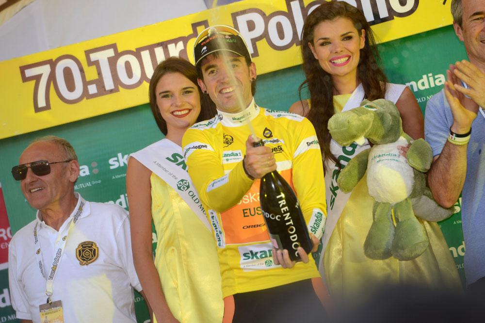 Jon Izaguirre célèbre son premier maillot de leader dans une course pro