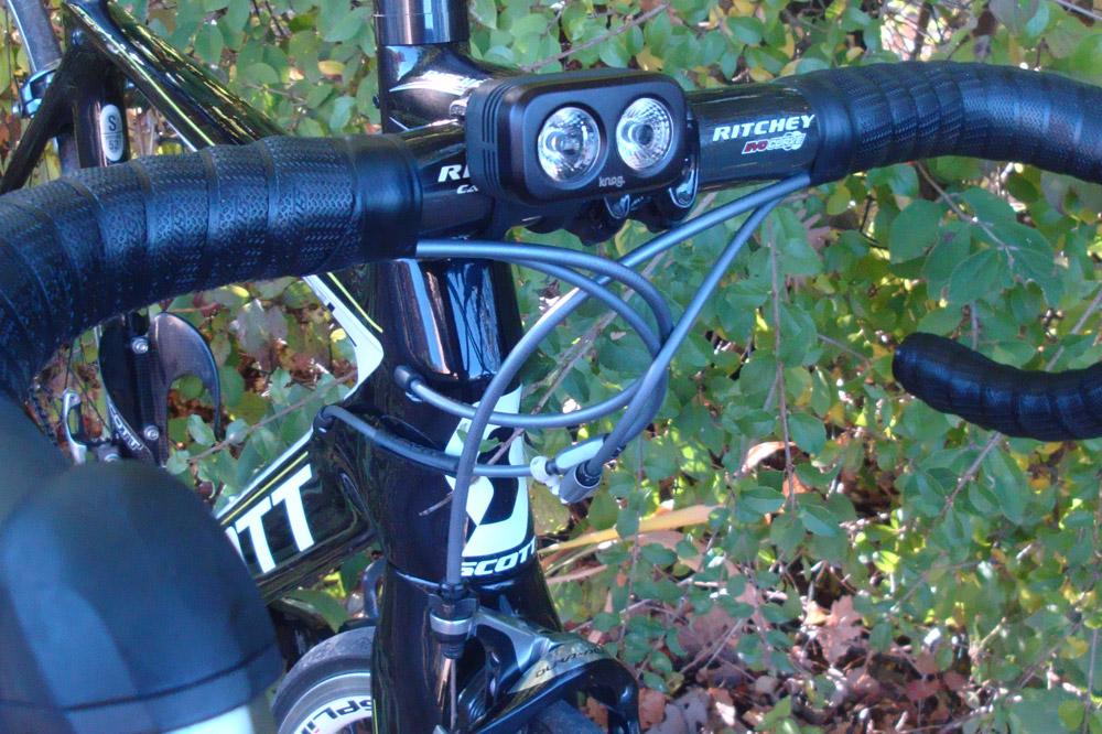 Une fois ses éclairages posés sur votre vélo, la nuit ne vous fera plus peur