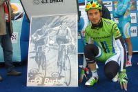 Ivan Basso pose devant la photo des campionissimi Gino Bartali et Fausto Coppi