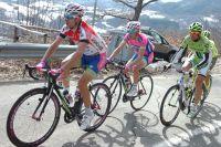 Diego Ulissi roule devant Damiano Cunego et Ivan Basso, ses illustres aînés