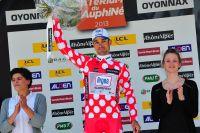 Thomas Damuseau porte le maillot rouge à pois blancs