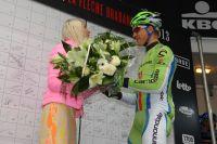 Bouquet à la main, Peter Sagan s'excuse auprès de l'hôtesse envers laquelle il avait manqué de respect