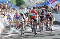 Mark Cavendish franchit victorieusement une ligne d'arrivée : pour la 101ème fois
