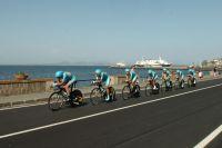 L'équipe Astana file le long de la mer