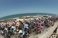 Le peloton du Tour d'Italie longe l'Adriatique