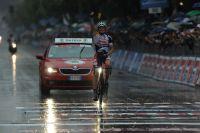 Adam Hansen dresse un poing victorieux sous le déluge