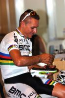 Le champion du monde Philippe Gilbert règle ses chaussures