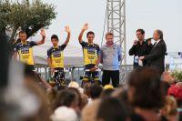 Alberto Contador salue le public corse