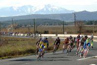 Le peloton des Courses au Soleil sous le massif enneigé des Pyrénées