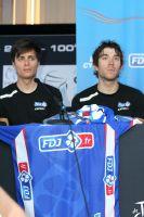 Arthur Vichot et Thibaut Pinot entourent le nouveau maillot de la FDJ.fr
