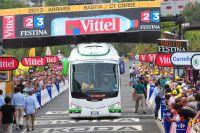 Le bus d'Orica-GreenEdge encastré dans le portique d'arrivée à Bastia