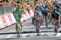 Peter Sagan salue la performance de ses coéquipiers en arborant le nom de son équipe