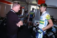 Luke Durbridge, en conversation avec Shayne Bannan, étrenne son maillot de champion national