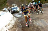 Une première fois, Alberto Contador tente de briser le train des Sky