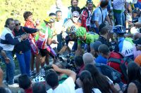 Alejandro Valverde et Nicolas Roche fendent la foule