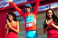 Vincenzo Nibali garde les lunettes de soleil pour camoufler ses yeux gonflés