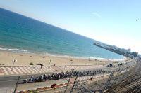 Le peloton longe le rivage catalan