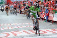 Daniel Moreno trouve tout juste l'énergie de lever un bras, tout au fond Nicolas Roche arrivera une seconde trop tard