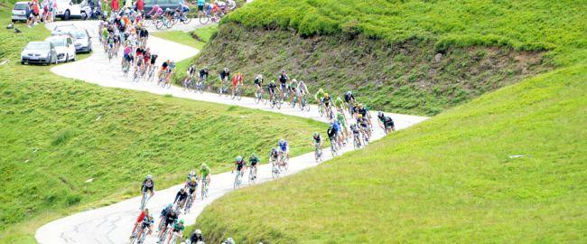 Le peloton du Tour de France dans la descente du Glandon