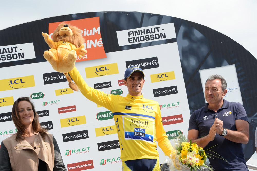 Alberto Contador endosse le maillot jaune