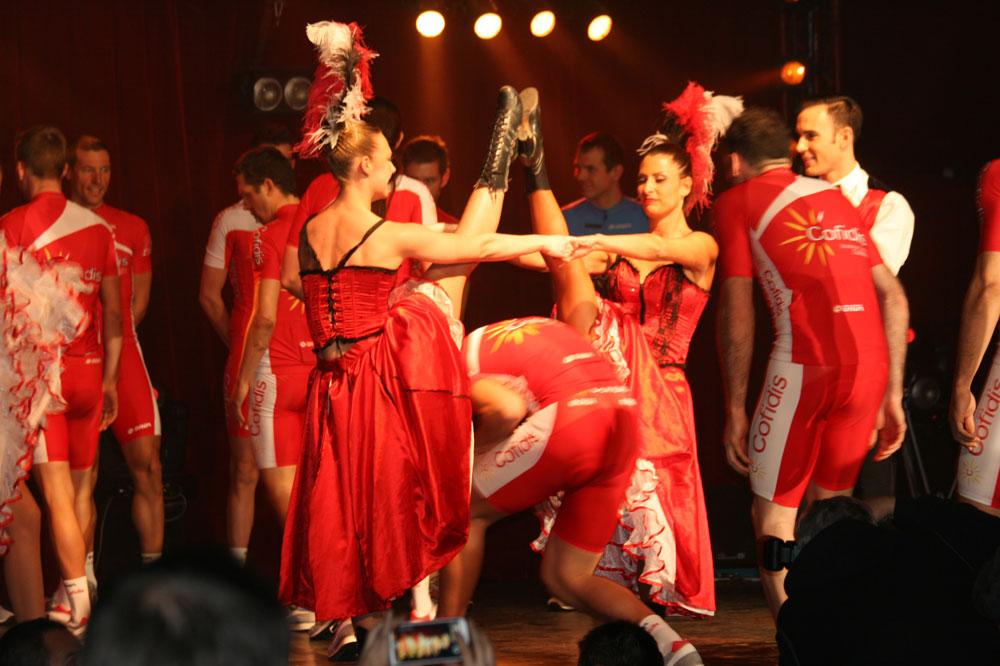 Entrée triomphale sous les jupons des danseuses de French cancan