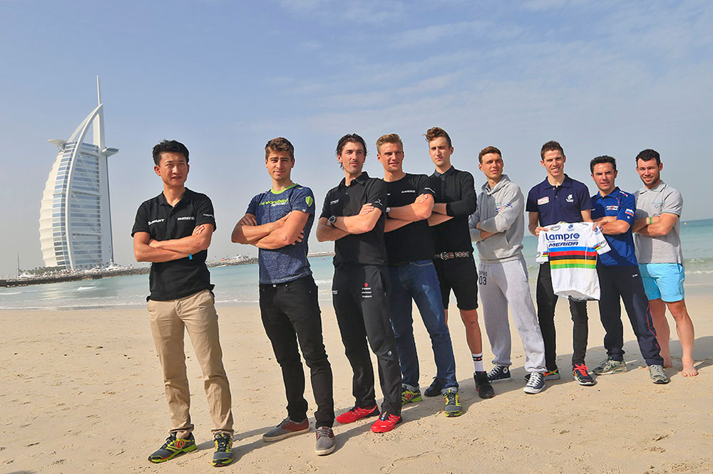 Les meilleurs coureurs du monde posent devant le luxueux Burj-Al-Arab de Dubaï