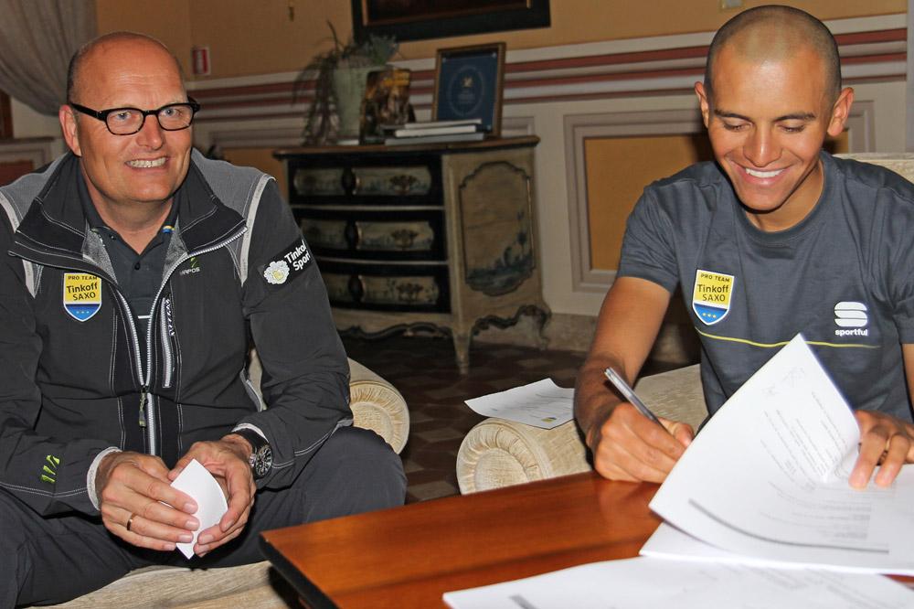 Edward Beltran signe son contrat avec Bjarne Riis