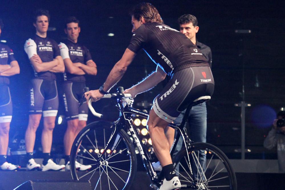 Fabian Cancellara monte sur l'estrade