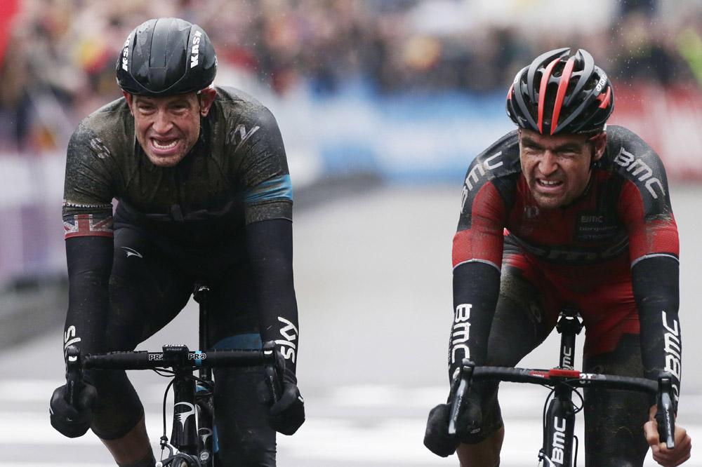 Ian Stannard ajuste Greg Van Avermaet pour la victoire au Circuit Het Nieuwsblad