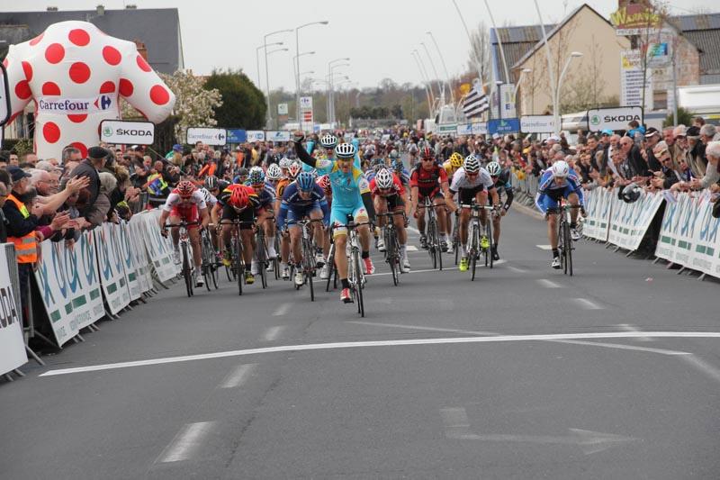 Marco Benfatto remporte le sprint du peloton