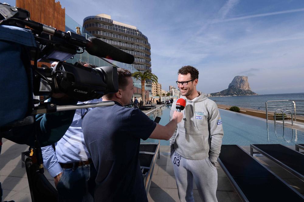 Mark Cavendish répond à la presse dans un décor de rêve