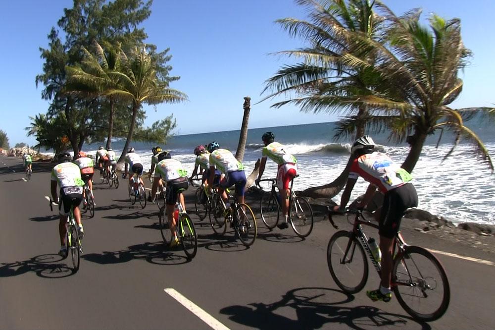 Le peloton de la Ronde Tahitienne roule dans un coin de paradis