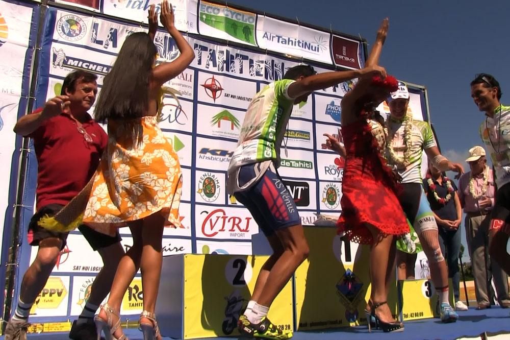 Sam Layzell danse le tamouré avec les plus belles miss de Tahiti