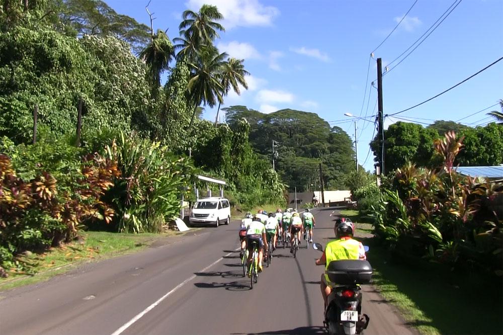 Les coureurs de la Ronde à travers une végétation luxuriante