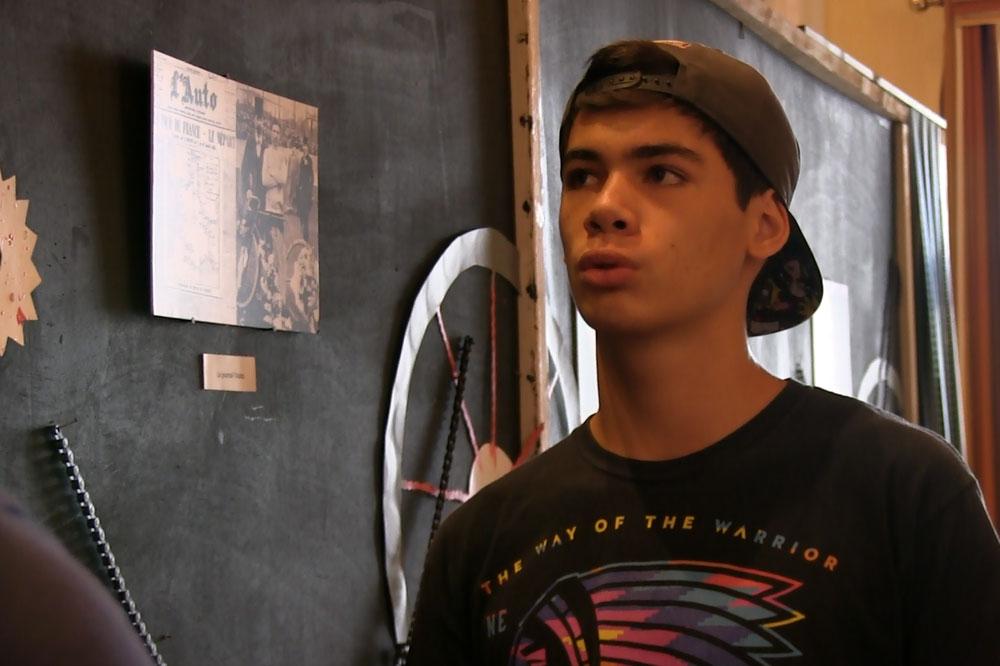Michel présente l'exposition photo réalisée par sa classe