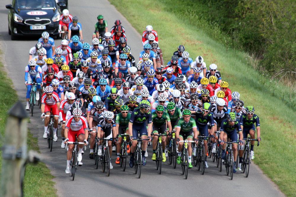 Le peloton avance groupé au Circuit de la Sarthe