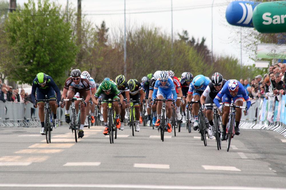 Nacer Bouhanni à droite file vers la victoire